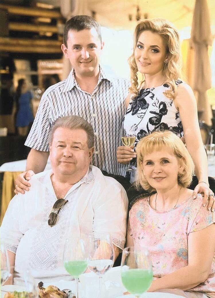 Більш якдесять років тому родина Михайла Михайловича пережила величезний стрес: вавтомобільній аварії ледь незагинув син… Злікуванням, подейкують, тоді допомагав сам Віктор Ющенко.