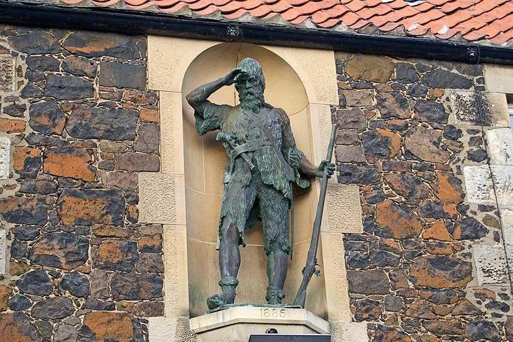 У рідній Шотландії на згадку про Олександра Селькірка звели пам'ятник у селі Лоуер Ларго.