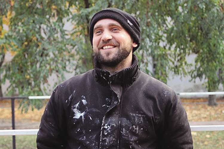 Художник Сашко Корбан сподівається, що цей величезний мурал спонукатиме людей бути добрішими.