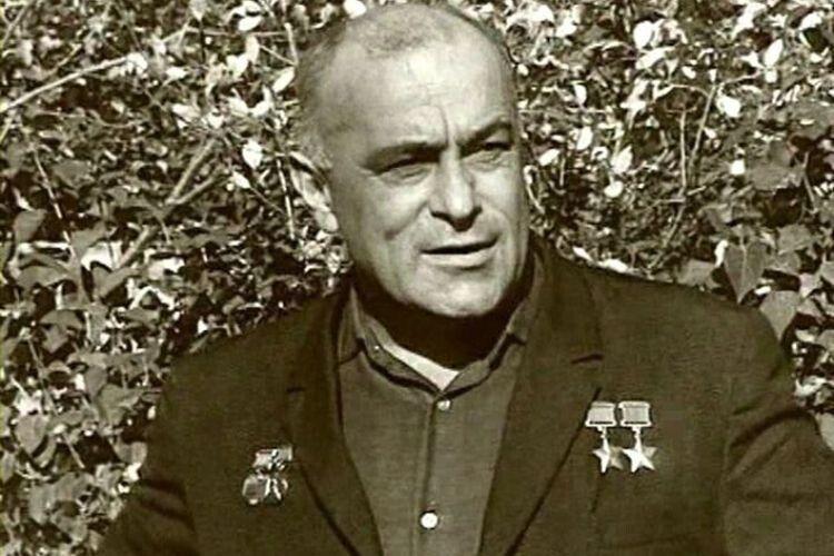 Відомі радянські космонавти, а серед них і Юрій Гагарін, яких Амет-Хан інструктував як льотчик-випробувач, жартома називали його «паханом».