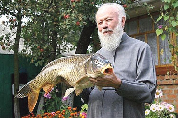 Він завжди любив рибалити. А коли приїжджав у рідне село, то, крім вареників та борщу, просив приготувати карасів.