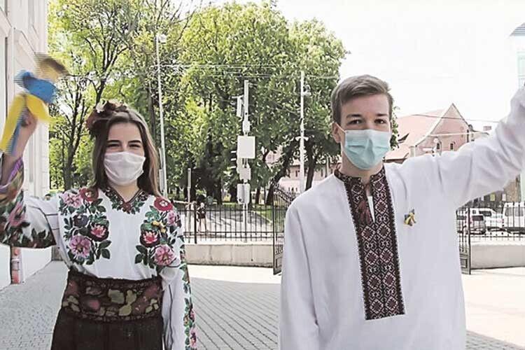 І хоч свято транслювалося онлайн, його організатори й учасники були, як і належить, у захисних масках.