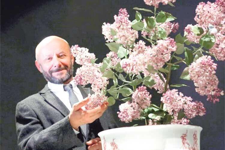Для Ермітажу він створив величезний кущ бузку з10000квіток, серед яких заховано кілька «щасливих» ізп'ятьма порцеляновими пелюстками.