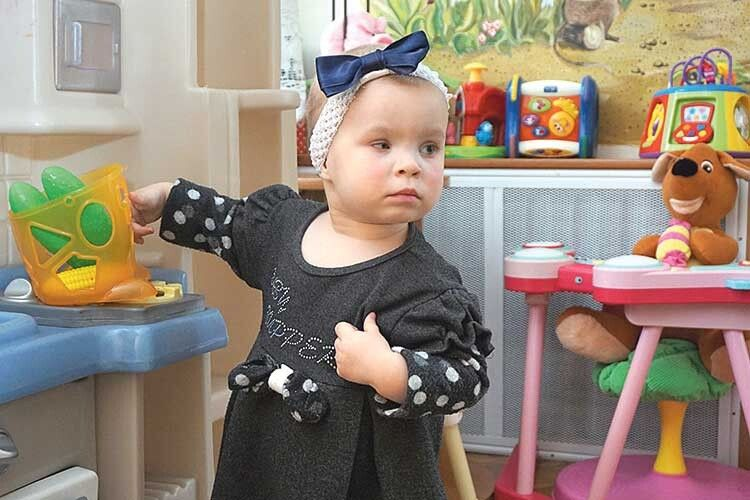«Пощастило дитині», — кажуть про маленьку дівчинку працівники обласного сиротинця, звідки її вже забрали нові батьки.