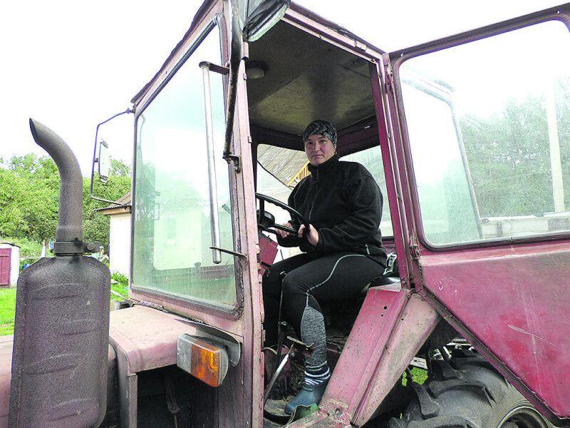 Трактористка Іванна мріє сама зорати поле, але чоловік поки не дозволяє.