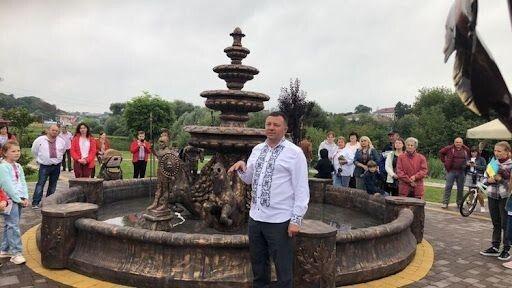 У планах міського голови Віктора Годика – зробити місце біля фонтану осередком культури Горохова. Фото Лесі ВЛАШИНЕЦЬ.