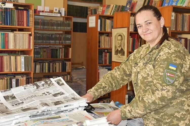 В Ольги Демидюк у руках підшивка «Волині», яку ми надсилали, передавали і завозили для наших захисників.