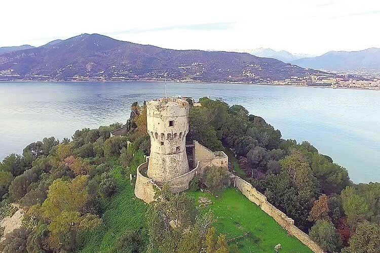 Навіть замок на цьому острові є.