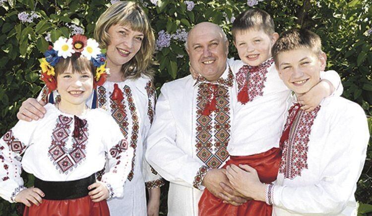 А за чудові вишиванки усе сімейство вдячне мамі Олені Мигулі.