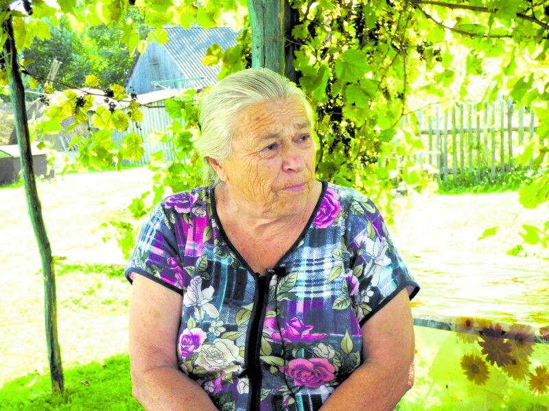 80-річна пані Марія каже, що якби вдома був трактор, то ще б їздила.
