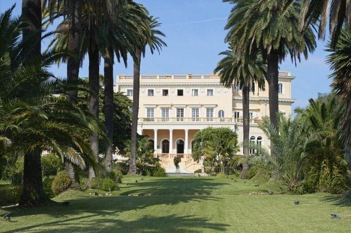 Вілла де Седрес – маєток на 18 тисяч квадратних футів, розташований на Лазурному узбережжі Середземного моря.